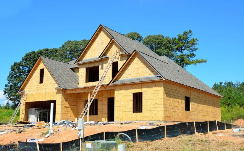 Stosownie z bieżącymi przepisami nowo stawiane domy muszą być oszczędnościowe.